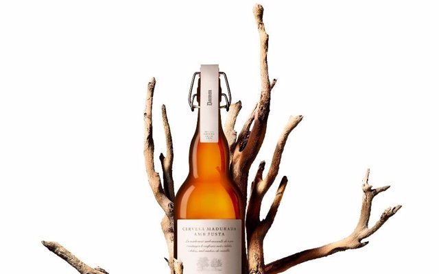 Damm lanza una edición limitada de su cerveza madurada con madera de roble y castaño