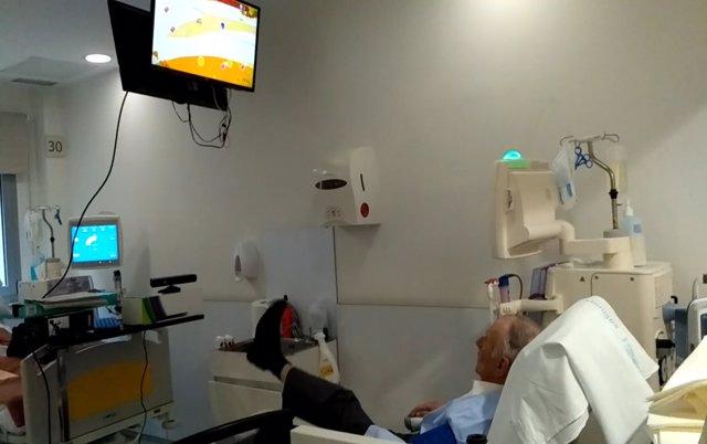 Paciente renal en hemodiálisis jugando con realidad virtual
