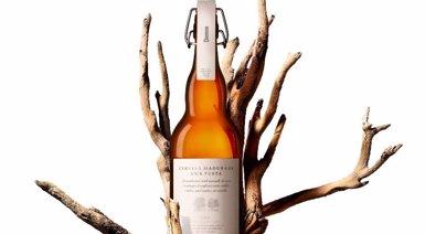 Damm presenta una edició limitada de la seva cervesa madurada amb fusta de roure i castanyer (DAMM)