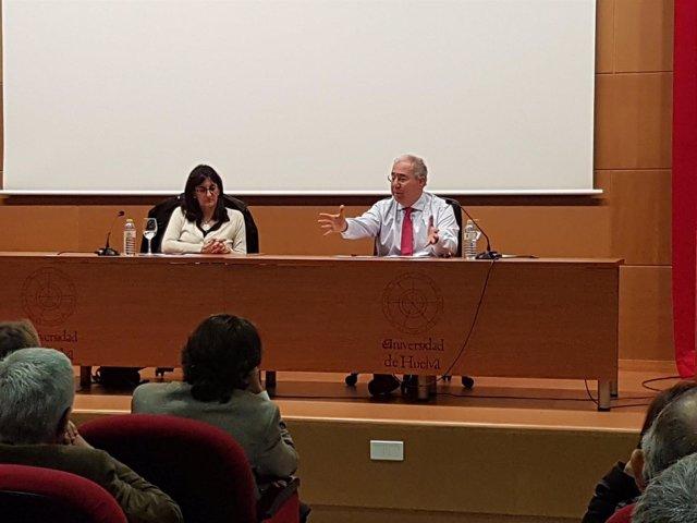 El presidente de la CRUE, Roberto Fernández, junto a María Antonia Peña.