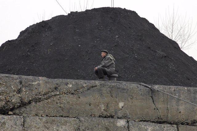 Montón de carbón en ribera del río Ylu, en Sinuiju, Corea del Norte