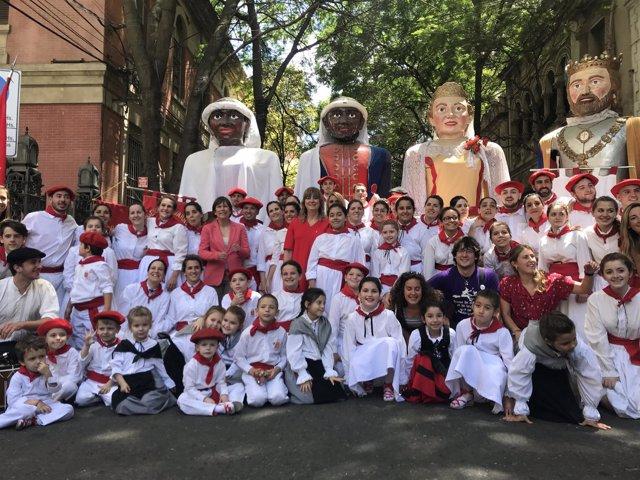Uxue Barkos posa con danzaris de los centros navarros en Argentina.