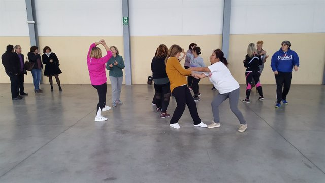 Mujeres que participan en un curso de defensa personal en Albalate