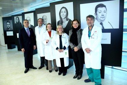 El Hospital Gregorio Marañón acoge la exposición fotográfica 'Quién ayuda al que ayuda'