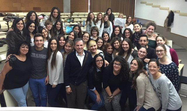 El profesor de la UA José Ramón Martínez Riera con sus alumnos