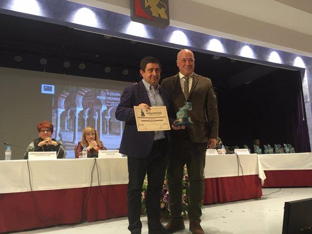 Reyes (d) recoge el Premio Progreso obtenido por la Diputación.