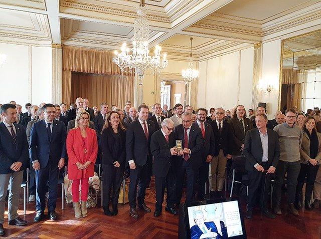 Josep Luis Vilaseca recibe de manos de Blanco el Premio Juan Antonio Samaranch