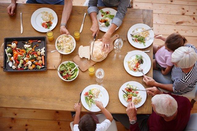 Dieta mediterranea, familia comiendo, mayores