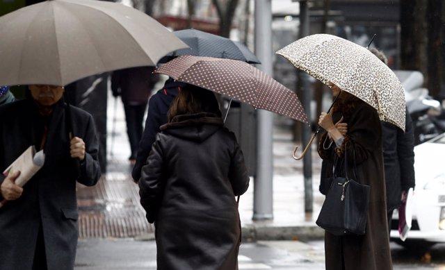 Persona con paraguas por la lluvia