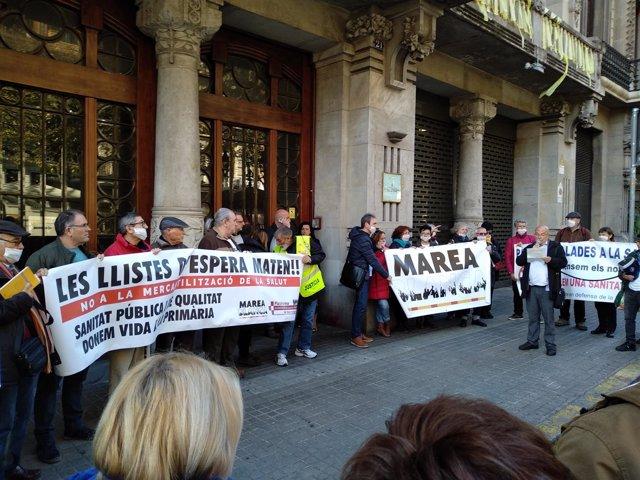 Concentración ante la Conselleria de Economía previa a la manifestación