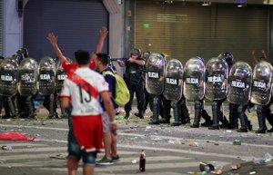 Els seguidors de River provoquen incidents a l'Obelisc de Buenos Aires en la celebració per la Libertadores (REUTERS / AGUSTIN MARCARIAN)