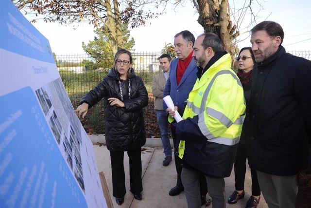 Ethel Vázquez en visita senda peatonal en Oleiros