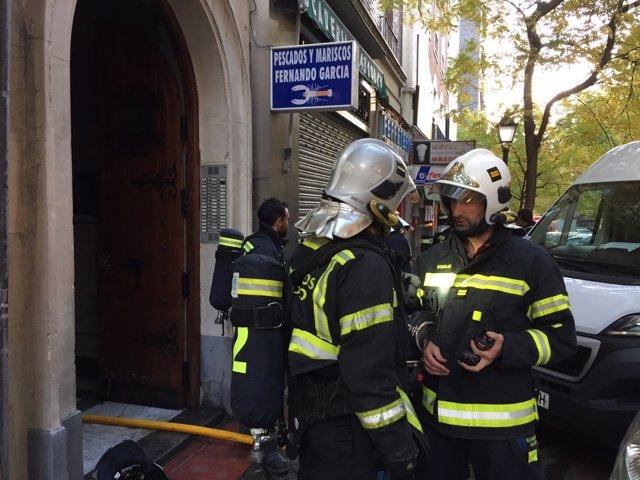 Bomberos del Ayuntamiento de Madrid en un incendio en la calle Hermosilla