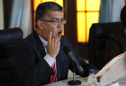 """Elías Jaua admite """"errores"""" pero insiste en que hay agresión externa"""