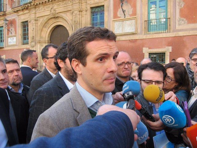 Pablo Casado con periodistas en Murcia