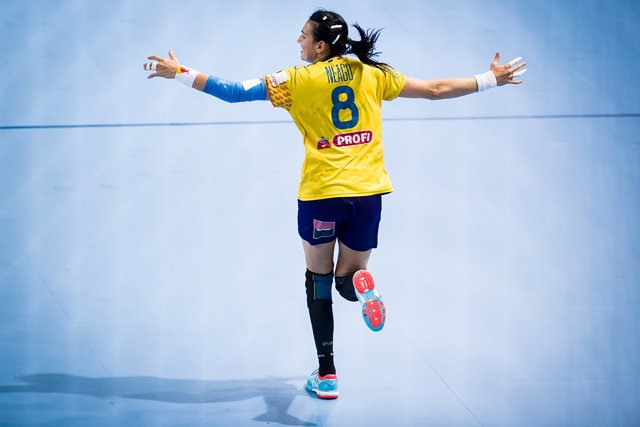 La rumana Cristina Neagu celebra un gol en el Europeo