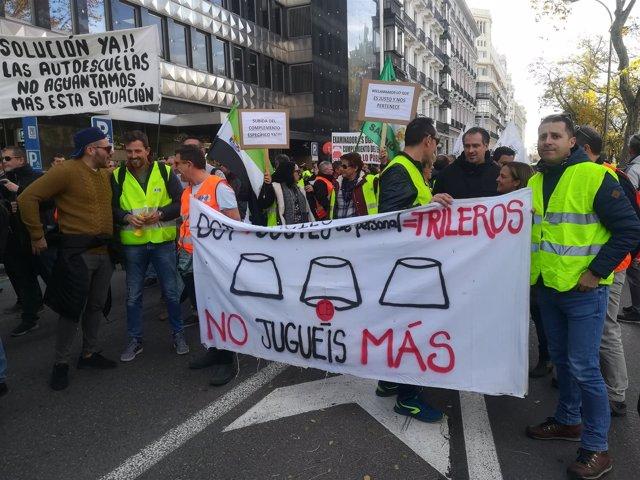 Examinadores de tráfico manifestándose en Madrid este lunes 10 de diciembre