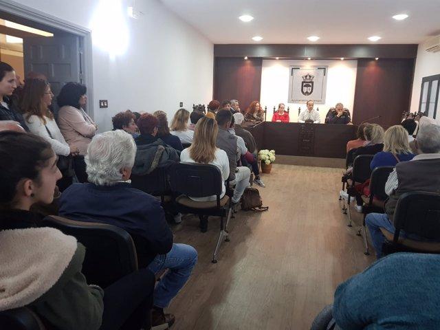 El alcalde de Hinojos se reúne con vecinos sobre un tema de seguridad.