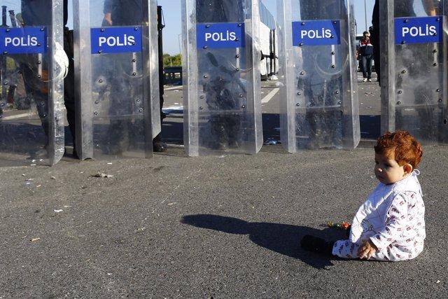 Bebé y policías antidisturbios turcos