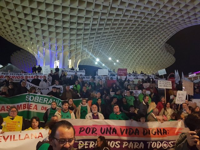Manifestación bajo el lema 'Por una vida digna, derechos para todos'