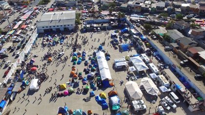 Alrededor de 300 migrantes rechazan ser trasladados a otro albergue en Tijuana por falta de medidas de higiene