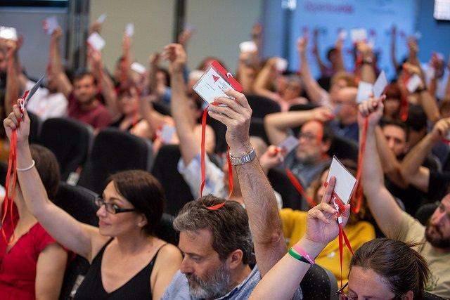 Mauricio Valiente y Sol Sánchez durante una asamblea de IU