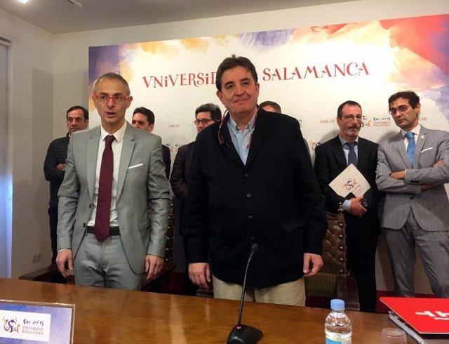 García Monterio (D) junto al rector de la USAL