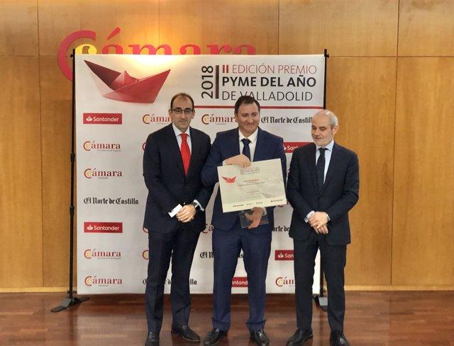 Martín Clavo (I) y Caramanzana (D) entregan el premio a Industrias Maxi