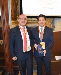 El representante de CEAGA recogiendo el premio de los clusters españoles.