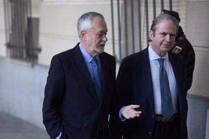 """La defensa de Griñán insinúa que el exinterventor """"buscó"""" una posición """"más benevolente"""" a costa de otro inculpado"""