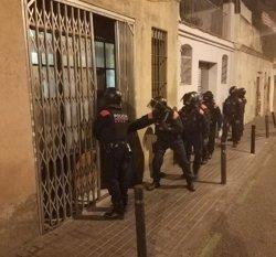Els Mossos escorcollen dos 'narcopisos' del Poble-sec, a Barcelona (MOSSOS D'ESQUADRA)