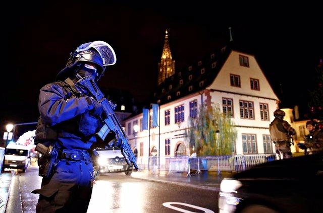 Agente de Policía en la zona donde se ha producido un tiroteo en Estrasburgo