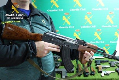 La Guardia Civil detiene a cuatro personas e interviene 322 armas distribuidas en el mercado negro