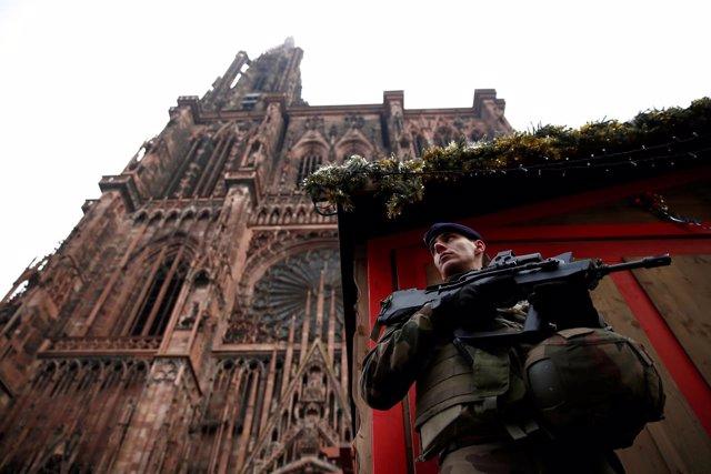 Militar junto a la catedral de Estrasburgo