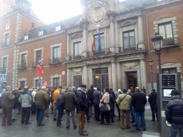 Ex marineros españoles ante la sede del Ministerio de Asuntos Exteriores