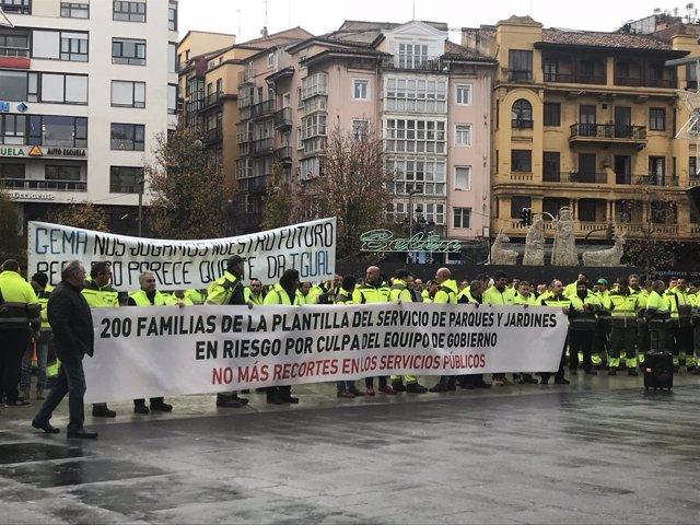 Concentración de trabajadores de Parques y Jardines en la plaza del Ayuntamiento