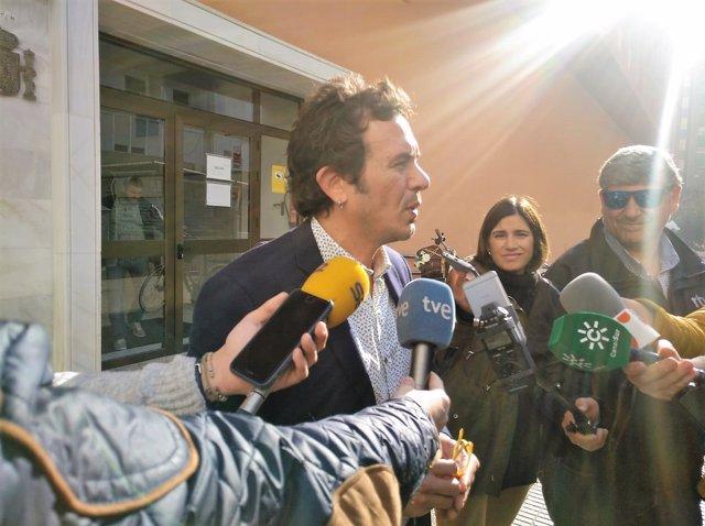 El alcalde de Cádiz ante los medios a la salida del juzgado