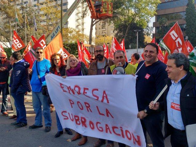 CCOO junto a Trabajadores de Moelme ante la sede de Endesa.