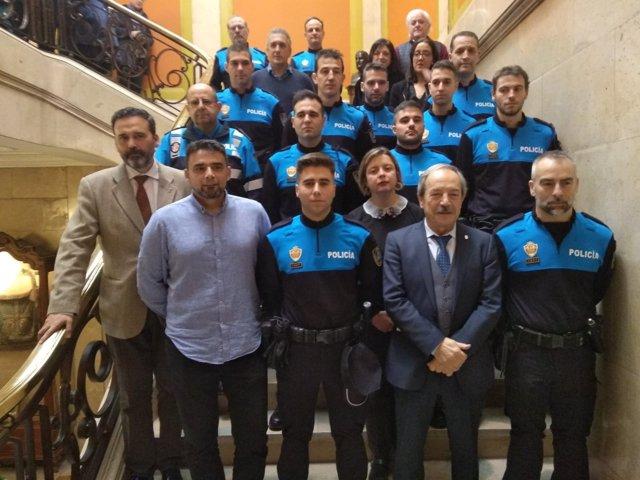 Los nuevos agentes posan con el Alcalde y otros miembros del Gobierno.