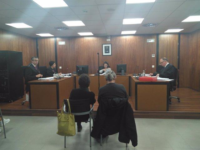 Carolina Martínez y Clemente Bernad en la segunda sesión del juicio