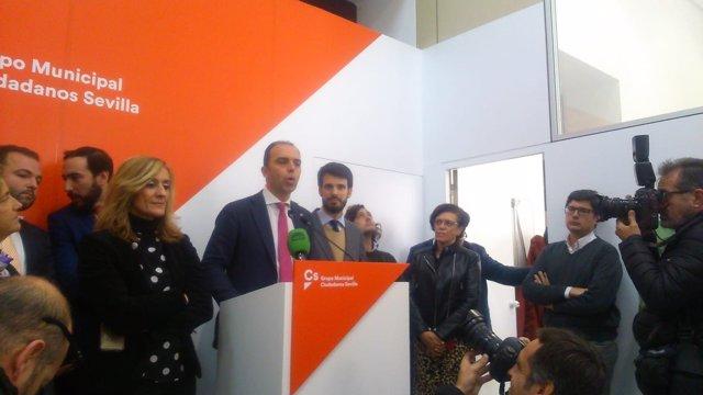 Javier Millán con su equipo durante la rueda de prensa