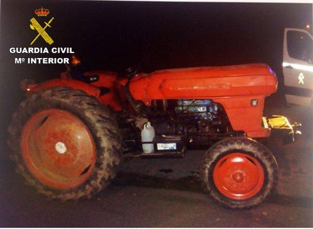 Interceptado por conducir un tractor sin carné y drogado
