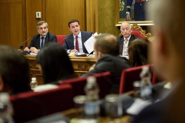 Gabriel Amat, Javier A. García y Ángel Escobar en un momento del pleno.