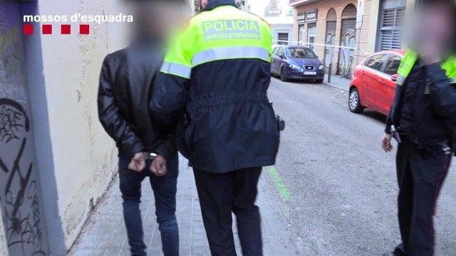 Un detenido al desmantelar dos narcopisos en el Poble-sec de Barcelona