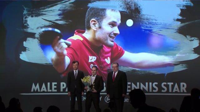 El palista español Jordi Morales recoge el premio en la gala de la ITTF