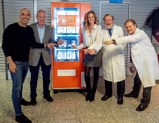 Inauguración de la máquina expendedora de libros