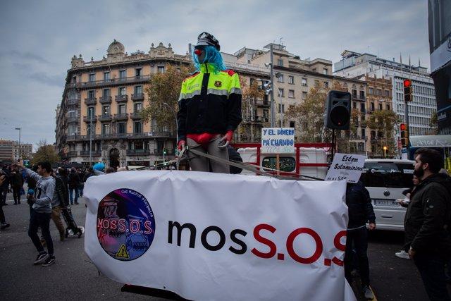 Sindicatos de Mossos cortan la Gran Via de Barcelona