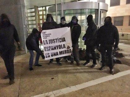 Los CDR tiran estiércol en las puertas de los juzgados de Lleida, Cervera y Balaguer