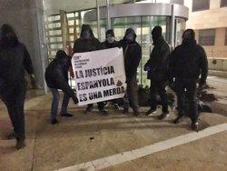 Els CDR tiren fems a les portes dels jutjats de Lleida, Cervera i Balaguer (@CDRSPONENT)