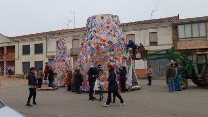 Villoria (León) inaugura el sábado su árbol de Navidad y su Belén confeccionados a base de ganchillo
